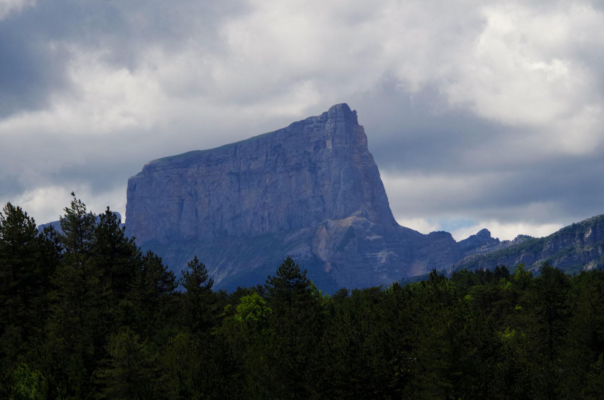 Le Mont Aiguille s'impose sur le panorama de l'Ebron