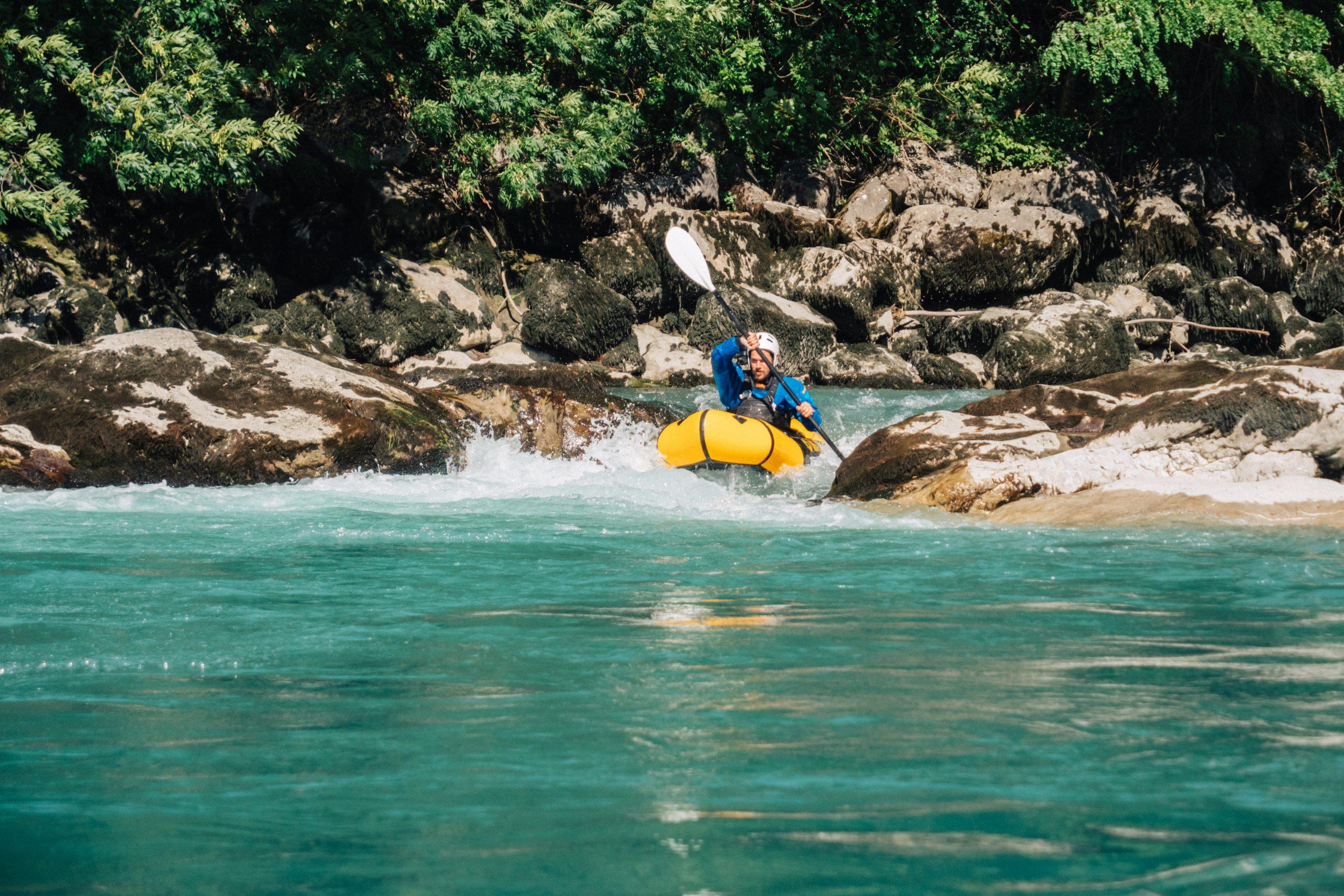 Packraft dans l'eau vive