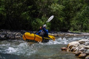 packraft mekong jaune et noir dans rapide de rivière