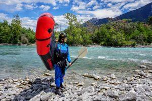 packraft mekong rouge et noir combinaison étanche demoiselle bord de rivière turquoise