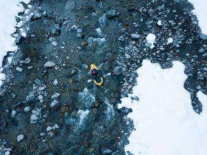 packraft mekong jaune et noir sur rivière dans les alpes avec neige